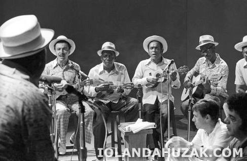 Integrantes da Velha Guarda da Portela no programa MPB Especial da TV Cultura, dirigido por Fernando Faro na foto ao lado de Sérgio Cabral, na foto ,Casquinha, Manacéa,Osmar, Lincoln, 1975.